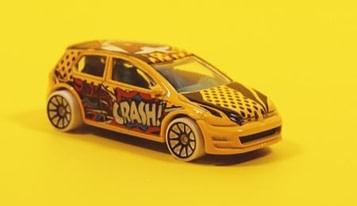 Barn slår for at få legetøjsbilen